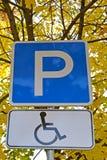 Χώρος στάθμευσης οδικών σημαδιών Α για τους οδηγούς των με ειδικές ανάγκες ατόμων Στοκ Εικόνες
