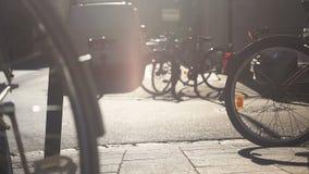 Χώρος στάθμευσης ποδηλάτων στην πόλη, υπηρεσίες μισθώματος της φιλικής μεταφοράς eco στην Ευρώπη απόθεμα βίντεο