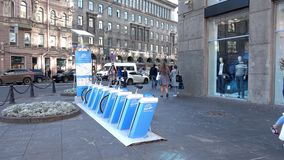 Χώρος στάθμευσης ποδηλάτων στο κέντρο πόλεων στην πλατεία Tolstoy LEV Πετρούπολη Άγιος απόθεμα βίντεο
