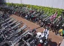 Χώρος στάθμευσης ποδηλάτων στο σιδηροδρομικό σταθμό του Ρότερνταμ Blaak στοκ φωτογραφία με δικαίωμα ελεύθερης χρήσης