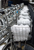 Χώρος στάθμευσης ποδηλάτων που καλύπτεται από το πλήρες χιόνι στο καλάθι κοντά επάνω Στοκ Εικόνα