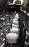 Χώρος στάθμευσης ποδηλάτων που καλύπτεται από το πλήρες χιόνι στο καλάθι Στοκ Φωτογραφία