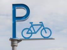 Χώρος στάθμευσης ποδηλάτων σημαδιών Στοκ Φωτογραφίες