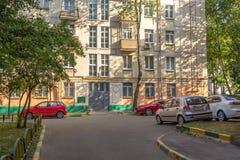 Χώρος στάθμευσης στο προαύλιο ενός σπιτιού διαμερισμάτων πόλεων Στοκ φωτογραφία με δικαίωμα ελεύθερης χρήσης