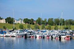 Χώρος στάθμευσης της μικρής μεταφοράς νερού μεγέθους στη λίμνη Saimaa σε ένα ηλιόλουστο πρωί Αυγούστου Φινλανδία Στοκ φωτογραφίες με δικαίωμα ελεύθερης χρήσης