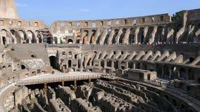 Χώρος Coliseum στο χρόνο βραδιού, με τους τουρίστες μέσα απόθεμα βίντεο