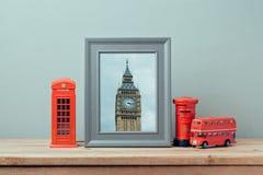 Χλεύη αφισών επάνω στο πρότυπο με τον τηλεφωνικό θάλαμο του Λονδίνου και τον πύργο Big Ben Ταξίδι και τουρισμός Στοκ φωτογραφίες με δικαίωμα ελεύθερης χρήσης