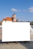 Χλεύη επάνω Κενός πίνακας διαφημίσεων υπαίθρια, υπαίθρια διαφήμιση, πίνακας δημόσια πληροφορίας κοντά στο εργοτάξιο οικοδομής στοκ φωτογραφία με δικαίωμα ελεύθερης χρήσης