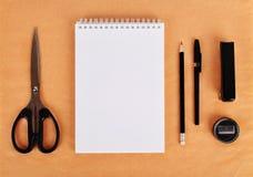 Χλεύη επάνω σε χαρτί του Κραφτ Κενό προτύπων με τα χαρτικά Στοκ Φωτογραφία