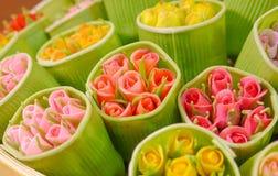 Χλεύη επάνω στα ροδαλά λουλούδια Στοκ Φωτογραφία