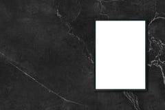 Χλεύη επάνω στην κενή ένωση πλαισίων εικόνων αφισών στο μαύρο μαρμάρινο τοίχο στο δωμάτιο Στοκ Εικόνες