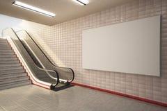 Χλεύη επάνω στον πίνακα διαφημίσεων στην κυλιόμενη σκάλα σταθμών μετρό Στοκ εικόνες με δικαίωμα ελεύθερης χρήσης