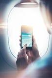 Χλεύη επάνω του κοριτσιού που δίνει το smartphone στα χέρια με Στοκ Φωτογραφίες