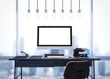 Χλεύη επάνω του σύγχρονου χώρου εργασίας με τα παράθυρα και τους λαμπτήρες Στοκ φωτογραφία με δικαίωμα ελεύθερης χρήσης