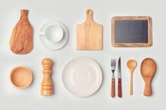 Χλεύη κουζινών επάνω στο πρότυπο με τα οργανωμένα μαγειρεύοντας αντικείμενα Στοκ φωτογραφία με δικαίωμα ελεύθερης χρήσης