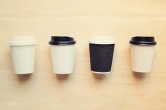Χλεύη φλυτζανιών καφέ εγγράφου επάνω για το μαρκάρισμα ταυτότητας στοκ εικόνες