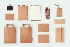 Χλεύη χαρτικών επάνω στο πρότυπο για το μαρκάρισμα του σχεδίου ταυτότητας Επίπεδος βάλτε Στοκ Φωτογραφίες