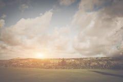 Χλοώδες τοπίο με τα μεγάλα σύννεφα Στοκ Φωτογραφίες