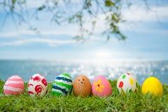Χλόη αυγών Πάσχας στην παραλία, η θάλασσα, όμορφη Στοκ εικόνα με δικαίωμα ελεύθερης χρήσης