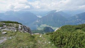 Χλόη και βράχος τοπίων στο βουνό σε Hallstatt Στοκ Εικόνα