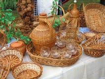 Ψάθινα αντικείμενα, καλάθια, μπουκάλια για την πώληση Στοκ Φωτογραφία