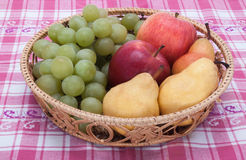 Ψάθινα καλάθια με τα φρούτα Στοκ Φωτογραφία