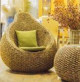 Ψάθινη καρέκλα με το μαξιλάρι Στοκ φωτογραφία με δικαίωμα ελεύθερης χρήσης