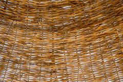 Ψάθινη ομπρέλα παραλιών στεγών Η σύσταση των ψάθινων κλαδίσκων μέσω των οποίων μπορείτε να δείτε το μπλε ουρανό Καφετί χρώμα o στοκ εικόνες με δικαίωμα ελεύθερης χρήσης
