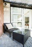 Ψάθινοι έδρα και πίνακας Στοκ Φωτογραφία