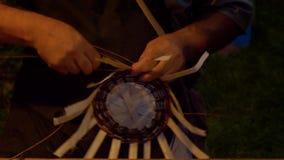 Ψάθινος κατασκευαστής καλαθιών απόθεμα βίντεο