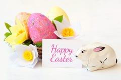 Ψάθινο καλάθι με τα αυγά Πάσχας με το λουλούδι άνοιξη στοκ εικόνα με δικαίωμα ελεύθερης χρήσης