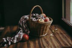 Ψάθινο καλάθι με τα ζωηρόχρωμα μήλα στοκ εικόνες με δικαίωμα ελεύθερης χρήσης