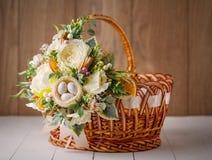 Ψάθινο καλάθι σχεδιαστών που διακοσμείται με το λουλούδι Στοκ εικόνα με δικαίωμα ελεύθερης χρήσης