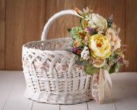 Ψάθινο καλάθι σχεδιαστών που διακοσμείται με το λουλούδι Στοκ Φωτογραφία