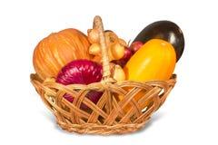 Ψάθινο καλάθι και ώριμα λαχανικά Στοκ Εικόνες