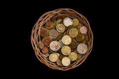 Ψάθινο καλάθι με τα νομίσματα Στοκ φωτογραφίες με δικαίωμα ελεύθερης χρήσης