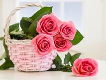 Ψάθινο καλάθι με τα τριαντάφυλλα Στοκ εικόνες με δικαίωμα ελεύθερης χρήσης
