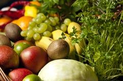 Ψάθινο καλάθι με τα φρούτα και λαχανικά Στοκ φωτογραφίες με δικαίωμα ελεύθερης χρήσης
