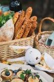 Ψάθινο καλάθι με το ψωμί και το παιχνίδι Στοκ εικόνες με δικαίωμα ελεύθερης χρήσης