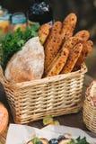 Ψάθινο καλάθι με το ψωμί Στοκ Εικόνες