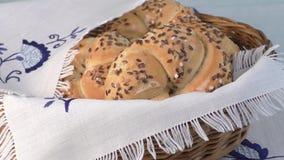 Ψάθινο καλάθι του ψωμιού σε ένα τραπεζομάντιλο απόθεμα βίντεο