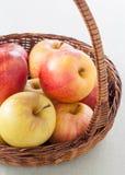 Ψάθινο σύνολο καλαθιών των μήλων Στοκ Φωτογραφία