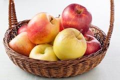 Ψάθινο σύνολο καλαθιών των μήλων Στοκ φωτογραφία με δικαίωμα ελεύθερης χρήσης