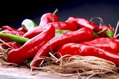 Ψάθινο σύνολο καλαθιών των φρέσκων κόκκινων πιπεριών τσίλι στοκ εικόνες