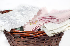 Ψάθινο σύνολο καλαθιών των πετσετών χεριών των διαφορετικών χρωμάτων και των σχεδίων Στοκ Εικόνες