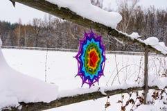 Ψάθινο mandala σε έναν ξύλινο φράκτη το χειμώνα στη φύση Στοκ εικόνες με δικαίωμα ελεύθερης χρήσης