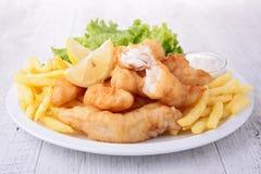 Ψάρια και τσιπ με τη σαλάτα στοκ εικόνα με δικαίωμα ελεύθερης χρήσης