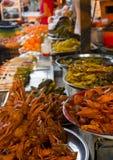 Ψάρια και φρούτα πώλησης στην αγορά Στοκ φωτογραφία με δικαίωμα ελεύθερης χρήσης