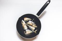 Ψάρια μέσα σε ένα τηγανίζοντας τηγάνι, πυροβολισμός άνωθεν Στοκ εικόνες με δικαίωμα ελεύθερης χρήσης