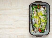 Ψάρια πεστροφών που προετοιμάζονται για το μαγείρεμα Στοκ φωτογραφίες με δικαίωμα ελεύθερης χρήσης